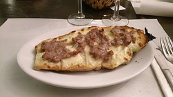 Crostone con formaggio fuso e salsiccia