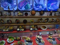 Das japanische Essensangebot wird in einem Schaufenster präsentiert.