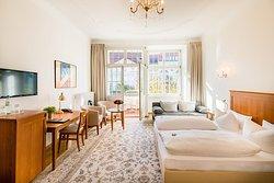 Superiorzimmer mit Balkon und Schallschutzfenstern zum Kaiserdamm gelegen. Schlafcouch für 2 Personen auf Anfrage möglich.