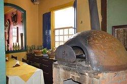 Oferecemos pizzas, massas e muito mais feitos com receitas caseiras no fogão a lenha