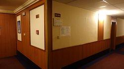 廊下の壁に照明スイッチ