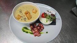 Ob als Vorspeise oder Hauptgericht bei kleinem Hunger: Unsere kreativen Suppen bieten sowohl im Winter als auch im Sommer (dann in Form einer Gazpacho) eine schöne Abwechslung.