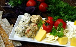 Если хотите попробовать вкус Армении, начните свою трапезу с дурума  - сыр и зелень завернутые в лаваш!