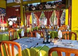 Sala de refeições, no interior do restaurante. Um ambiente acolhedor para desfrutar da sua refeição.