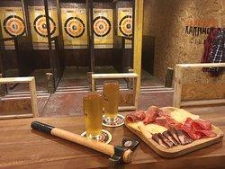 """Karnage Club vous propose également un espace """"petite restauration """" avec planche à partager, saucisson... Choix de bières bouteilles/pression, vin, soft..."""
