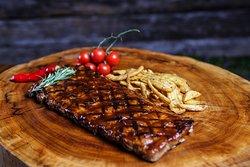 Pork Ribs (costelinha suína defumada), servida com batatas fritas rústicas. Disponível no menu do almoço.