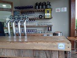A cervejaria ao lado da loja acomoda os apreciadores de uma boa cerveja retirada direto da torneira ou drink.