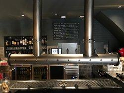 La cervesa és un dels fonaments del Forn, i segueix d'aquesta manera els passos del Kóm Intramuralla, el local que 3 anys abans va començar a obrir el camí, a pocs metres de distància