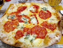 Pizza bianca gorgonzola e salamino