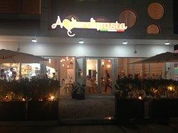 Si può mangiare sia all'interno che all'esterno, si può parcheggiare dietro il locale. Nella foto l'ingresso del locale.