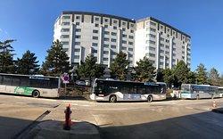 Extérieurement, cet hôtel Hilton est loin de refléter le luxe et la classe qu'on en attend intérieurement