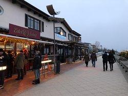 Teil der winterlichen Strandpromenade;