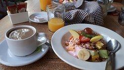 Desayuno del hotel con frutas, yogurt y granola