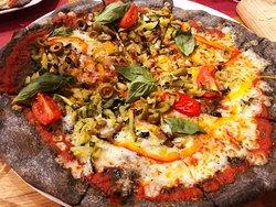 Pizza con masa negra: hecha con carbón vegetal activado, que tiene propiedades digestivas.