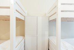 Le nostre camere quadruple - tutte con bagno interno - fanno anche da camerata in condivisione: per questo ogni ospite ha a disposizione un armadietto e un lucchetto.
