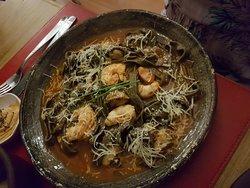 Fetucchini a la tinta negra con calamares.