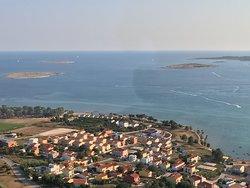 Direkt vor unseren neuen Strandvillen am Badestrand der geschützten Bucht von Medulin-Posesi liegt die berühmtes Kaktusinsel Ceja.