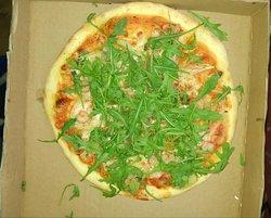 PIzza z rukolą serem i krewetkami. Apetycznie wygląda?