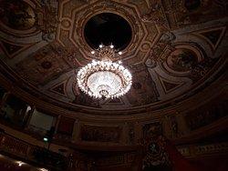 Het plafond van de theaterzaal