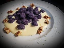 Gnocchi di patate viola con gherigli di noci
