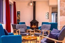 espace lounge du hall de l'hôtel, chaleureux et accueillant