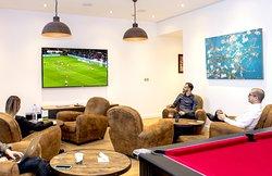 salon accessible à notre clientèle avec billard et TV grand écran. Devis pour privatisation sur demande.