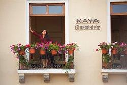 Vista de la parte frontal de KAYA Chocolatier.