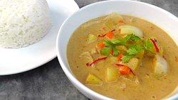 massaman poulet  pomme de terre ognon et le tout cuit dans du lait de coco , tout simplement succulent !