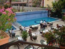 Вид на ресторан с террасы отеля