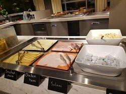 2 Sorten Wurst und Käse. Russische Salat, gekochte- und Rüheier, Haferbrei lauwarm.