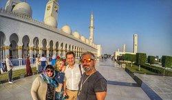 Abu Dhabi'de Buyuk Sheyh Zayed Camisi, Rusya'dan misafirlerimi bu muhtesem camide gezdirdim. Мои друзья