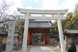 西宮神社の入口の鳥居と社号標です。明神鳥居ですね。