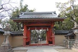 福男神事のスタート地点の赤門こと表大門です。豊臣秀頼公の寄進による桃山期の建造物で重文指定されるものです。