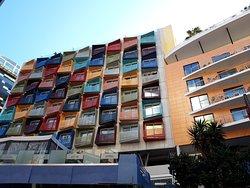 Здание напротив отеля
