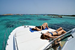 Enjoy the sun on LUNA BLU boat
