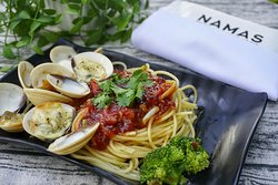 Spaghetti with tomato sauce and drilled clams with cheese