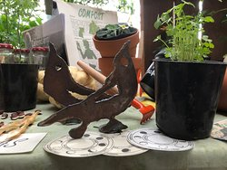 A la tierra con ganas, aromáticas y accesorios para huerta, compost, semillas, plantines y macetas.