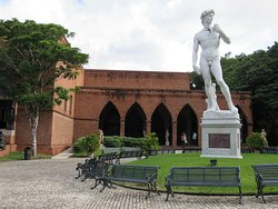 Logo na entrada, uma réplica de David de Michelangelo nos dá boas vindas.