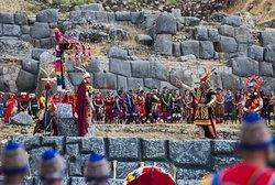 El Inti Raymi es una fiesta celebrada desde el tiempo de los incas durante el solsticio de invierno para adorar al dios Sol, implica coloridos trajes, banquetes de lujo, música festiva, y recreaciones históricas. FECHA DE  CELEBRACION 24 DE JUNIO DE CADA AÑO