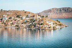 Der malerische Hafenort Gialos auf Symi