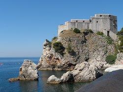 Wybudowany na 37 metrowej skale fort pełnił kluczową rolę w systemie obronnym Dubrownika.