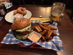 Burger mit Bier und Zwiebel Ringen
