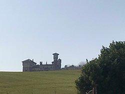 Castello dietro alla collina