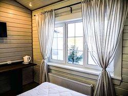 Raft / Рафт (гостиничный корпус)  Площадь - 16 м2.  Стандартный номер в гостиничном корпусе с одной большой двуспальной кроватью   Жилая комната, прихожая, ванная комната с душевой кабиной.  В номере телевизор, чайник с чайной парой, фен, два набора полотенец.   Возможна установка детской кроватки для ребенка до 3 лет.  Установка дополнительного спального места не предусмотрена.