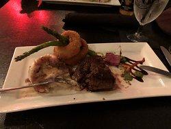 Das Steak mit Spargel und Kartoffelpüree
