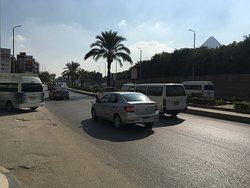 Die Pyramiden - direkt neben der Straße