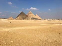 Blick auf die Pyramiden vom Aussichtspunkt in der Wüste