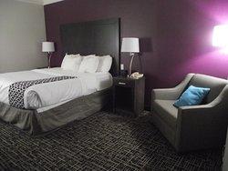 NEW YORK - LATHAM - LA QUINTA - BED AREA W/ CLUB CHAIR