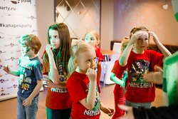 Мы имеем возможность разделить деток и взрослых - детки могут играть в зоне танцпола на мягком полу с зеркалами, няней и аниматорами.