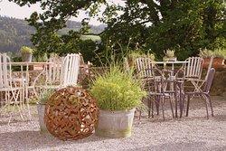Romantisch dekoriert ist auch der Garten - viele Rost-Artikel und Kräuter.